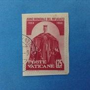 1960 VATICANO FRANCOBOLLO USATO STAMP USED - ANNO MONDIALE DEL RIFUGIATO 25 Lire -