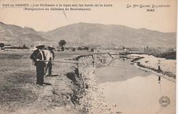 43 - BAS EN BASSET - Les êcheurs à La Ligne Sur Les Bords De La Loire (Perspective Du Château De Rochebaron)