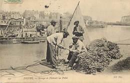 - Seine Maritime -ref- B599- Dieppe -groupe De Pecheurs Au Pollet - Pecheur - Peche -arriere Plan Dragueuse - Dragueuses - Dieppe