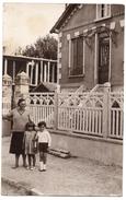 Carte-photo - Une Mère Et Ses Deux Enfants - Située à YERRES ? - Yerres