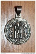 Très Beau Médaillon Médaille Pendentif Armoiries De Castille (replique D´un Sceau Ancien) Métal Semblable à L´argent - Royaux/De Noblesse