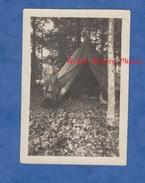 Photo Ancienne D'un Poilu - SAINT MAXIMIN ( Oise ) - Soldat Chantilly à L'entrée D'une Tente - 1918 WW1 Tranchée Trench