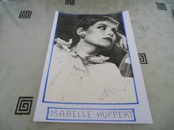 AUTOGRAPHE D'ISABELLE HUPPERT, DÉDICACÉ & AUTHENTIQUE SUR COUPURE DE PRESSE COLLÉE SUR GRAND CARTON. BRISTOL (V. Desc.) - Autographs