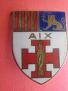 Médaille En émail Badge En Broche Du Blason De La Ville De AIX - TBE Croix Rouge Croisés Lion Scout Scoutisme - Scouting