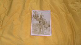 BELLE PHOTO ANCIENNE DATE ?. / SCENE FAMILLE POSE SUR ARBRE JARDIN.. / DIMENSION 12,8CM X 18 CM. - Personnes Anonymes