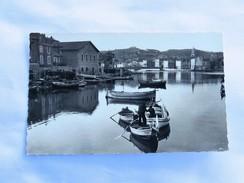 C.P.A. 13 MARTIGUES : Vue Sur L'Etang De Berre, Barques Avec Pêcheurs - Martigues