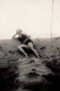 Photo Originale Plage & Maillot De Bain Pour Sexy Pin-up Au Ballon Et Sa Drôle De Position En 1928 - Pin-up