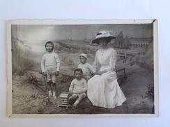 1920 CP Photo Studio Montage Décor Blankenberghe Heyst Femme Chapeau + 3 Enfants Blankenberge