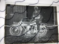 Plaque De Verre Avec Photo Animée. Ancienne Moto. Soldat Assis Sur Une Vielle Moto. Plaque Immatriculation 55052 - Diapositivas De Vidrio