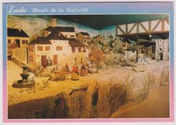 65 - LOURDES - MUSÉE DE LA NATIVITÉ - Village Pyrénéen - La Place Du Marché - Ed. A. Doucet - Lourdes