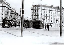 Reproduction: Genève, Place De Cornavin, Ce 2/2 No1 128 Et 122, Vers 1930  BVA - Tranvía