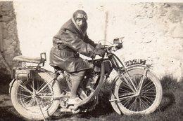 BELLE  MOTO -HOMME PORTE VESTE  ET CASQUE EN CUIR - ANNEE 1940 ENVIRON  6X8,5cm - Fotos