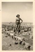 Photo Ancien / Foto / Woman / Femme / Seaside / Beach / 1950 - Personnes Identifiées