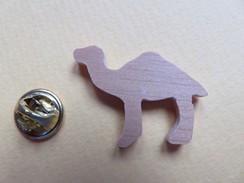 Pin's - 128 - Dromadaire En Bois - Silhouette Camel - Merken