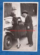 Photo Ancienne Snapshot - Femme Et Homme Regardant Une Belle Automobile Cabriolet - Modele à Identifier - Automobiles