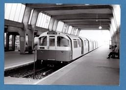England Metro De Londres London Tube Cockfosters (piccadilly Line) Photo De J. Bazin Cliché Du 17 7 76 (format 10,5x15) - Eisenbahnverkehr