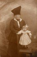 Carte Photo Originale D'une Mère à L'étrange Coiffe Ou Chapeau Et De Sa Fille En Studio Vers 1910 - Personnes Anonymes