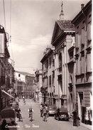 VENDO N.1 CARTOLINA DI CONCORDIA(MO) VIA PACE,FORMATO GRANDE IN BIANCO E NERO DEL 1953 CIRCA NON VIAGGIATA - Modena