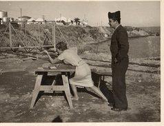 FEMME TIRE AU FUSIL A ARZEW ALGERIE  NOEL1959  11,5x9cm - Guerra, Militares