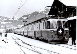 Train Officiel Du 75e Anniveraire En Gare De Gstaad 12.12.1976 M.O.B. BVA - Stations - Met Treinen