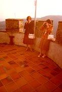 Photo Couleur Originale De Deux Femmes Photographes Amateurs En Haut D'une Tour En 1981 - Personnes Anonymes