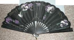 Ancien éventail, Bois Noirci Gravé Et Tissu Peint D'un Décor Floral, Fleurs Violettes Et Blanches - Eventails
