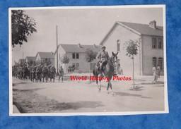 2 Photos Anciennes - Camp De SISSONNE - Arrivée Du 51e Régiment D'Infanterie - 16 Aout 1934 - Capitaine Martin - Guerre, Militaire