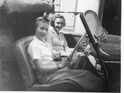 JEUNES FEMMES EN AUTOMOBLE DECAPOTABLE  ANNEES 1940 à BIARRITZ   ENVIRON 8,5x12cm - Personnes Anonymes