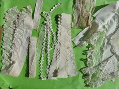 Lot De  Dentelles  Et Autre Lot 19     Pour Coiffe Ou Autre-poupee- La Plus Longue 2m X2cm De Large - Laces & Cloth