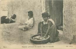Négresse Pétrissant La Galette Dans La Guessââ - Algérie