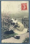 CPA - FILLETTE AU JARDIN - Scènes & Paysages