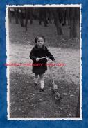 Photo Ancienne Snapshot - Portrait D'une Petite Fille & Sa Trottinette - 1944 - Enfant Girl Mode Route Toy Chemin Jouet - Photographs