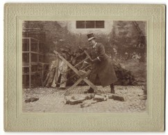 Fotografie Kutscher In Arbeitskleidung Sägt Holz - Métiers
