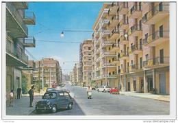 CALTAGIRONE 1966 VIALE M. MILAZZO ANIMATA CON VESPA E AUTO D'EPOCA COLORITA A MANO - Catania