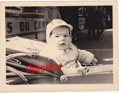 Jeune Enfant Dans Son Landau / Années 60 / Fête Foraine - Personnes Anonymes