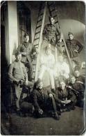 Carte Photo. Militaria. Aubry, Rue Du Canal, Ecole De Garçons.  Militaires/Peintres. Voir Dos. - Krieg, Militär