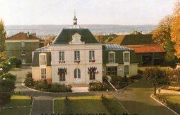 Carte Double LE PLESSIS BOUCHARD. La Mairie. Avec Les Voeux Du Maire Et Du Conseil Municipal. - Le Plessis Bouchard