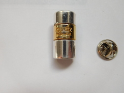 Beau Pin's En Relief ,  Parfum Quartz De Molyneux , Pas D'envoi Hors De France - Parfum