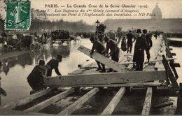 PARIS INNONDE LES SAPEURS DU  2 EME GENIE CONSTRUISENT UN PONT A L'ESPLANADE DES INVALIDES - Inondations De 1910