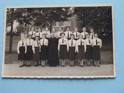 Groep Jonge Dames In Uniform Met Mr. Pastoor ( Zie Foto's Voor Detail ) Anno 19?? !! - Anonymous Persons