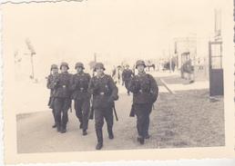 Très Rare  Photo Soldats Rue De  Quend-plage Dans La Sommes 1940 - 1939-45