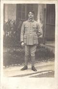 MILITAIRE DEVANT MAISON  CARTE PHOTO - Guerre, Militaire