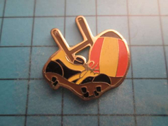 Pin0317 Pin´s Pins / Beau Et Rare : POTEAUX BALLON OVALE ET CHAUSSURE A CRAMPONS RUGBY ,  Marquage Au Dos : -   - - Rugby