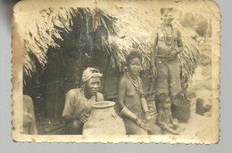 PHOTO Ancienne, Famille En Afrique Devant Leur Case (date Aux Environs De 1955) - Afrique
