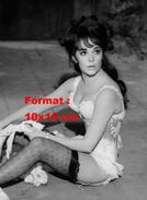 Reproduction D'une Photographie De Natalie Wood En Corset Blanc, Porte Jarretelle Et Bas Résilles Noirs - Reproductions