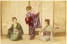 2 Photos Du Japon - XIXéme - Sur Papier Albuminé Et Aquarellé - 1) 3 Jeunes GEISHAS  Musique Et  - 2) NAKANO TAKE MIOGI - Anciennes (Av. 1900)