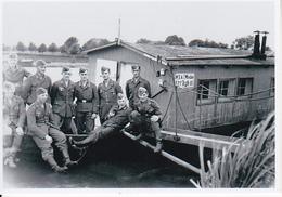 Foto Deutsche Soldaten Auf Hausboot In Minden - 2. WK - 9*6cm - Repro (29206) - Repro's