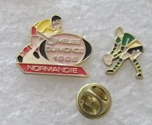 RUGBY MELEE DU MONDE 1992 NORMANDIE & RUGBYMAN 2  PIN'S       BBBB  153 - Rugby