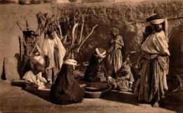 Algérie - Scènes Et Types - Femmes Arabes Préparant Le Couscous - Scènes & Types