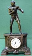 Pendule Ancienne Avec Boxeur (objet Rare) Hauteur 38 Cm, Largeur 21 Cm, Profondeur 9,5 Cm Sport Boxe - Clocks